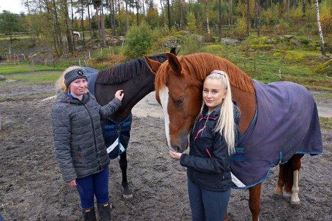 Ida Carlsen og Malin Larsen Helland ved Son Miljøhestesenter må planlegge nyttårsaften nøye.