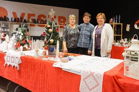 HÅNDLAGET: Ruth Anna Sandaker, Trine Dahl og Kari-Mette Sandaker (f.v) åpnet julebutikk på Vestby Storsenter med kun håndlagde produkter.