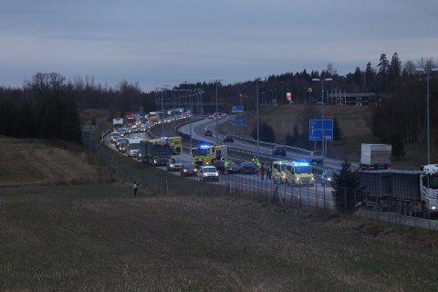 KJEDEKOLLISJON: Mandag morgen kjørte fire biler i hverandre på E6 rett nord for avkjøringen til Vestby nord. Ingen skal ha blitt alvorlig skadet.