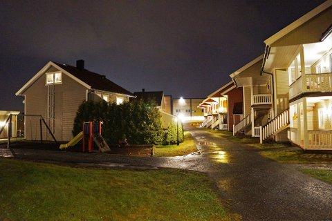 RINGTE PÅ: Natt til fredag denne uken ringte noen på to av dørene i Støttumtunet sameie. Utenfor sto to kvinner og pratet sammen. Ingen åpnet døren.