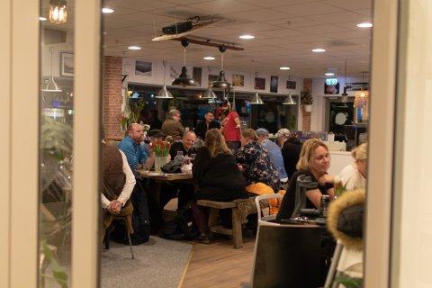 GODT MED FOLK: Selv med bare fire dager til julaften var det mange som tok turen til The Coffee Shop for å delta i quizen.