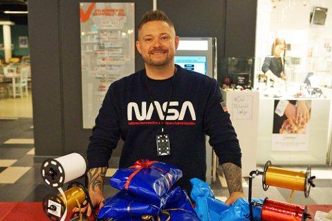 Henning Andersen fra Moss var på storsenteret for å pakke inn gaver. Men sa selv han hadde full kontroll.