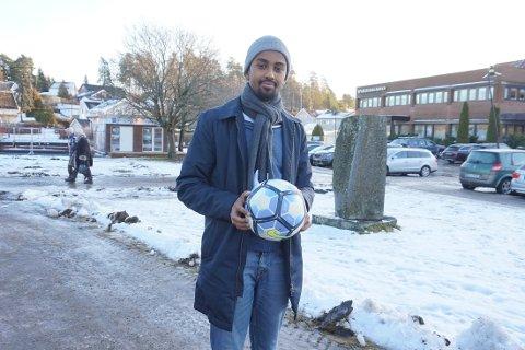 RISIL: Roble Wais i Høyre håper at kommunen vedtar å anlegge en kaldhall på kunstgressbanen på Risil.