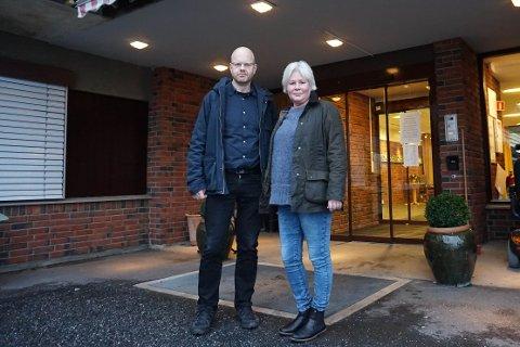 OMGANGSSYKE: Aud Palm, resultatområdeleder for Vestby sykehjem, og fastlege Geir Nystøl forteller at sykehjemmet tar alle forholdsregler for å unngå smitte.