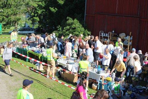 POPULÆRT: Det årlige loppemarkedet som Vestby Skolemusikkorps har arrangert på prestegården har vært svært populært.