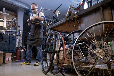 Hølen : Johnsen Frameworks. Reportasje hos Truls Johnsen som lager sykkelrammer for hånd.