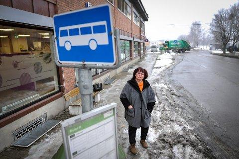 STOPPER IKKE: Bussene stopper ikke lenger ved busslomma utenfor Sparebank1. Det ber Vigdis Kristensen i trafikkutvalget i Vestby Ap Ruter om å gjøre noe med.