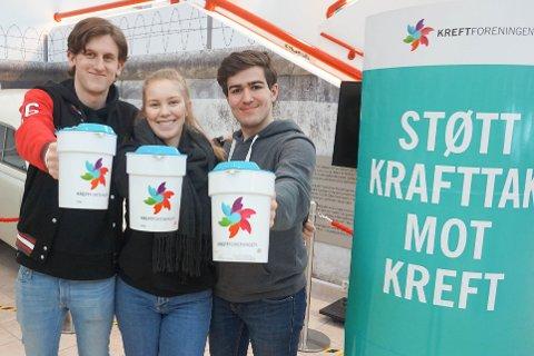 SAMLET INN PENGER: Thomas Nielsen (18 år f.v.), Ingrid Ågot Andersen (18) og Adam Zaim (18) fra russestyret ved Vestby videregående skole var blant bøssebærerne.