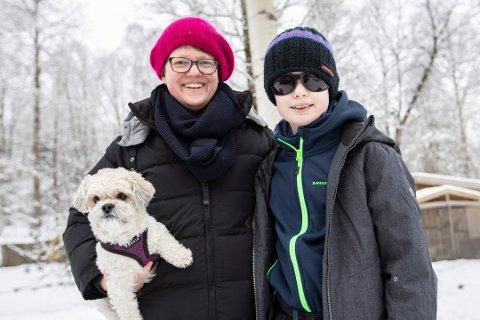 TENKER NYTT: Caroline Engh Persson, her med sønnen Filip (11), står bak initiativet. Etter planen blir det nasjonaldagsfeiring med alle kjente ingredienser, men med litt mindre støy og ståk.