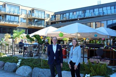 TROPICAL TUESDAY: Det var tropiske tilstander på terrassen på Son Spa på tirsdager i fjor sommer. Hotelldirektør Petter Wilhelmsen og markedssjef Ann Jeanette Myrland lover at tilbudet kommer tilbake denne sommeren.
