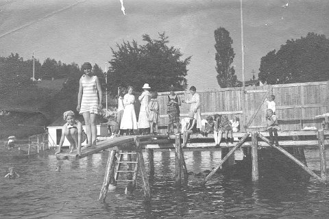 BADELIV: Året er 1933. Stedet er Hvidstenstranden. Den unge kvinnen som sitter på huk er Margaret Dundas Winnem, som var 14 år da bildet ble tatt.