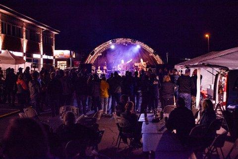 ROCK I REGNVÆR: Arrangøren trosset vært i august i fjor. 150 kom til utendørskonserten. – Det så ut til at folk koste seg likevel, sa Tim Morris etterpå.