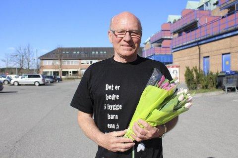 SELGER BLOMSTER:Klaus Jacobsen og de andre i Lions Vestby er klare for årets tulipanaksjon.