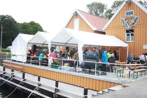 KUNSTNERDUGNAD: Kunstnere og kunstneres venner står bak festivalen Hvitsten Salong. Mange kom for å oppleve kunst og musikk i 2018.