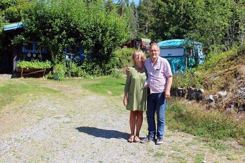 NY SESONG: Ekteparet Bente Brenna og Pål Nilsen har i en årrekke tilbudt overnatting i gamle campingvogner og bilvrak på skogstomta si i Hvitstenveien 58. Nå er de klare for en ny sesong.