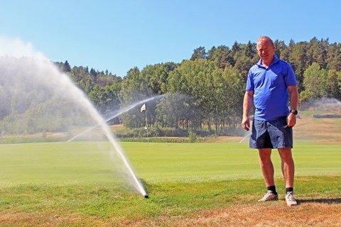 TØRR SOMMER: Driftssjef Max Wahlqvist og de andre som jobber med golfbanen i Son vannet og jobbet på spreng for å vanne i fjor sommer. Men fairwayene hadde de ikke kapasitet til å redde.