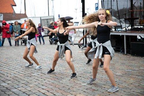DANS: På søndag inviterer danserne i Brevik Danseverksted til forestilling. Bildet er av Brevik Danseverksteds oppvisning under Kulturdøgn i sommer.