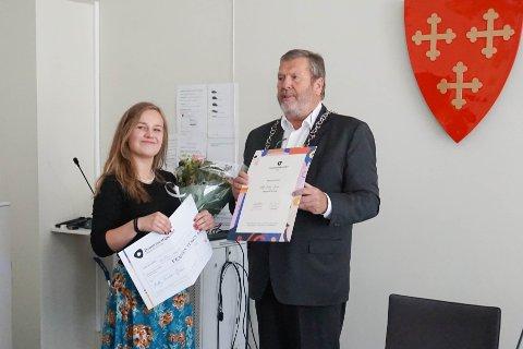 DRØMMESTIPEND: Her får Molly Fischer-Jones (14) Drømmestipendet av ordfører Tom Ander Ludvigsen.