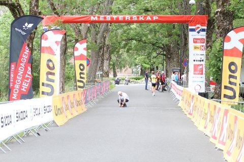 Ingen ryttere fikk passere målstreken. NM U23 måtte avlyses på grunn av bilister i løypa.