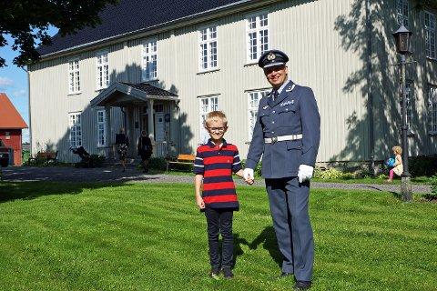 ETTERKOMMERE:  Martin Thu Tesli og sønnen foran prestegården.
