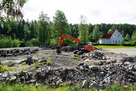 RYDDER: Onsdag var grunneier igang med å flytte steinmasser på parkeringsplassen i Hvitsten. (sveip for flere bilder)