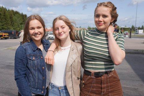 STATISTER: Molly Fischer-Jones (14) fra Vestby, Ragnhild Roll Halsa (15) fra Drøbak og Emily Dring Waage (15) (f.v.) fra Vestby var blant de lokale statistene. Sveip for flere bilder fra filmsettet.
