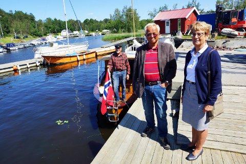 GLEDELIG GJENSYN: Både Anstein Spone (f.v.), Harald Osvold og Grethe Osvold er glad for å se «Wilma» på vannet igjen. (bla for flere bilder)