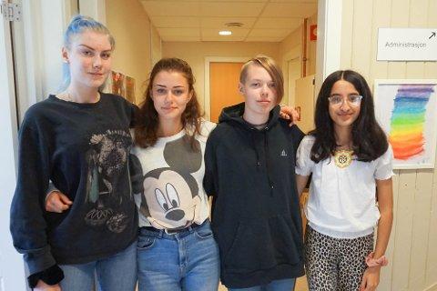 TEGNEKURS: Embla Lystad (14), Ida Sofie Fiskergård (15), Pia Finstad Stoneman (14) og Alina Hassen Choudry (15) synes det var hyggelig å delta på tegnekurs.