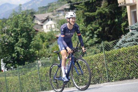 SLITER MED FORSLÅTT KROPP: Katrine Aalerud sliter i Giro Rosa på grunn av forslått kropp etter et ublidt møte med asfalten. Men hun håper på topplasseringer på de siste etappene.
