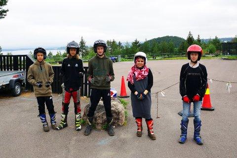 SPENTE UNGDOMSKOLEELEVER: Elevene har fått låne hjelm og utstyr av senteret og venter spent på å få kjøre ATV. (Bla for flere bilder).