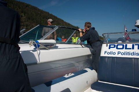 ALT PÅ STELL: Politiet stopper en båt for kontroll, alt er i orden og stemningen er god. Arkivfoto: Karen Gjetrang
