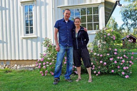 LOKALE HJORTEOPPDRETTERE: Jakob Spone og Brita Linnestad driver Pepperstad Hjort i Vestby. (bla for å se flere bilder)