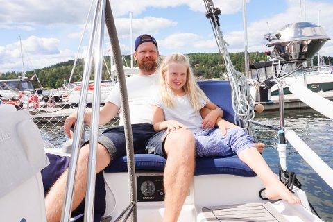 SON: Emma Sofie (8) og Ole Marius Lauritzen koser seg i seilbåten i Son Havn.