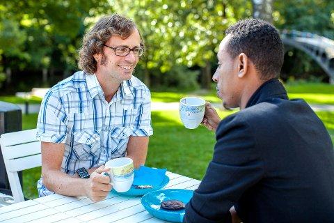 Frode og Osman drikker kaffe.