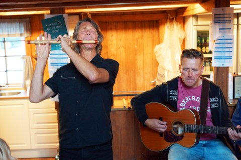 Steinar Ofsdal på fløyte og Frank Kvinge på gitar sørget for underholdningen i Hvitsten.