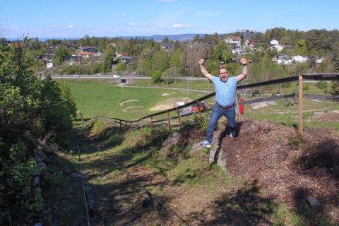 VIL JUBLE FOR SNEKKERHJELP: Leder Lasse Lööv-Olsen i Son Slalomklubb forteller at han vil juble dersom de ved årets høstdugnad for håndverkerhjelp til varmestua i bunnen av bakken.