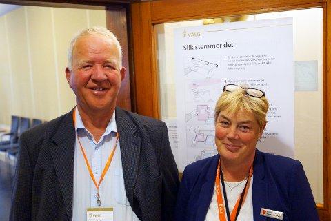 Jostein Dille og Christin Westby ønsker velgerne velkommen til kommunestyresalen i Vestby rådhus.