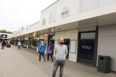 FORNØYD: Senterleder Lars Pedersen ved Oslo Fashion Outlet Vestby er glad for at Christiania Glasmagasin velger å åpne butikk på senteret.
