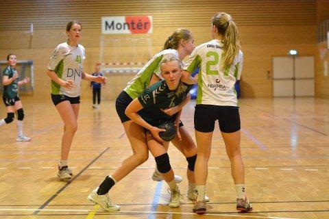 Litt å gå på. Mathea Myrer og resten av Sons jenter 16 lag nådde ikke helt opp på toppnivå i lørdagens kamper på Jæren. Dermed ble det med to av fire poeng etter første dag. Søndag venter en ny mulighet mot ROS fra Røyken.