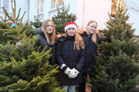 MYE PENGER I KASSA: Stella Korsmo (til venstre), Ingeborg Landmark, Ingeborg Bjørsagaard og de andre spillerne på Son HK jenter-06 kan glede seg over at årets juletreinnsamling ga over 43.000 kroner i lagets kasse.