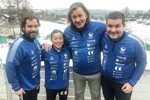 Valter Perisa (tredje fra venstre) skal bidra hos Gjøvik HK i noen måneder. Her med styreleder Sigmund Hagen (fra venstre), Emi Uchibayashi, Valter Perisa og Mirsad Pestalic.