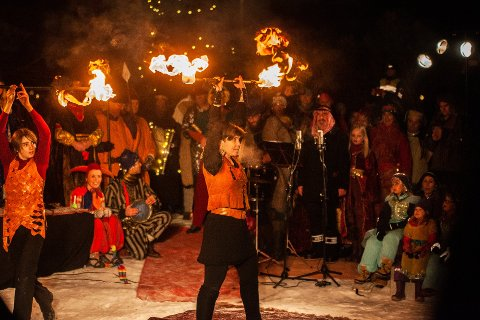 FLAMMENDE ENGASJEMENT: Fra fjorårets trettendedagsfeiring i Hølen, der barn i teatergruppa Bifrost sjonglerte med ildstaver.