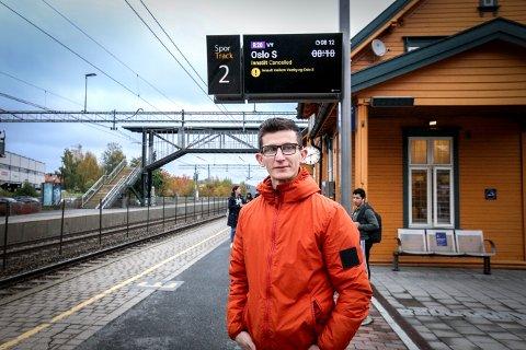 På Vestby stasjon ble pendlerne møtt med kanselleringer. Nehat Ali pendler fra Vestby til Ski, men må nå vente i spenning.