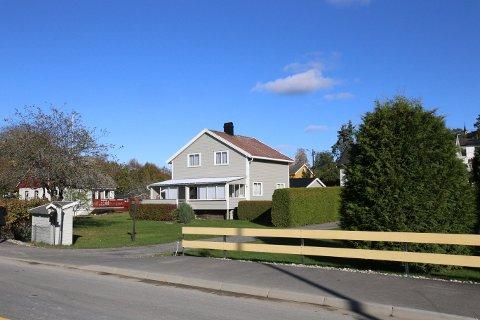 Sentrumsveien 6 er en av tre eiendommer som allerede er overdatt til Langbakken Eiendom og skal utvikles av Wessel Eiendom til et nytt boligprosjekt.