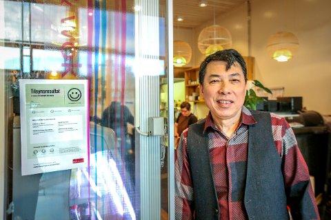 Wang Zhilun (65) smiler etter å ha blitt kontrollert av Mattilsynet. Han mener kontroll av spisesteder er ekstra viktig mens koronapandemien er blant oss.