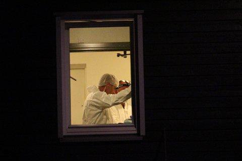 GRUSOMT SYN: Det var et grusomt syn som møtte krimteknikerne som kom til leiligheten på Glassverket hvor en mann (81) skal ha drept kona med en rekke knivstikk og -hugg.