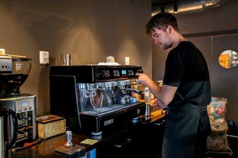 Mikkel Abrahamsen ved Håndverksbakeriet heller ut kaffen og lager ny dersom han ikke er fornøyd. Lenger ned kan du se sammenligningen av prisene ved alle kafeene i Vestby.