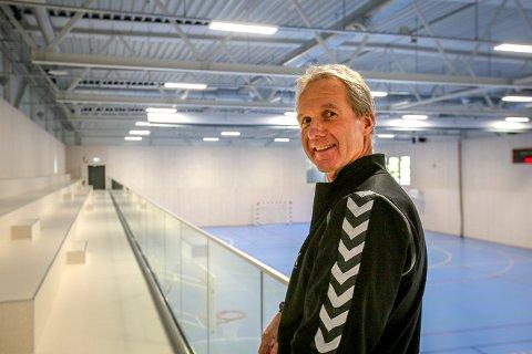 Erling Thorsen i Son håndballklubb gir oss en omvisning i den nye hallen. Han er kjempefornøyd med sin nye hjemmebane.
