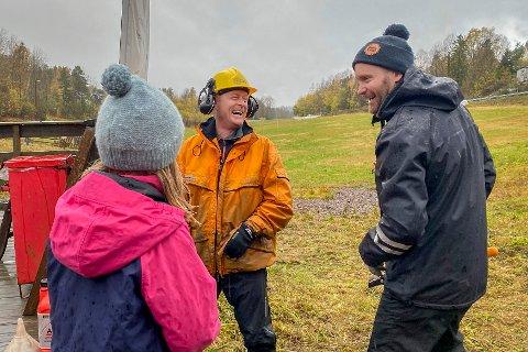 – Det er bare å kle på seg, sier Torstein Rørby (t.h.) om dugnadsværet. Forhåpentligvis blir det en bedre vinter i år, da bakken ikke kunne åpne en eneste dag under fjorårets begredelige sesong. I oransje jakke står Eirik Bjørnsen.