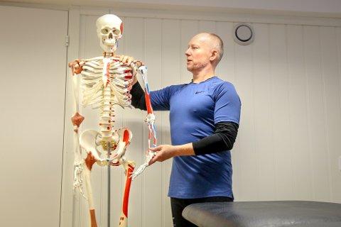 Fysioterapeut og osteopat Vegard Fjærli har mange pasienter som har fått belastningsskader fra hjemmekontor. Dette skjelettet har fast hjemmekontor hos terapeuten.